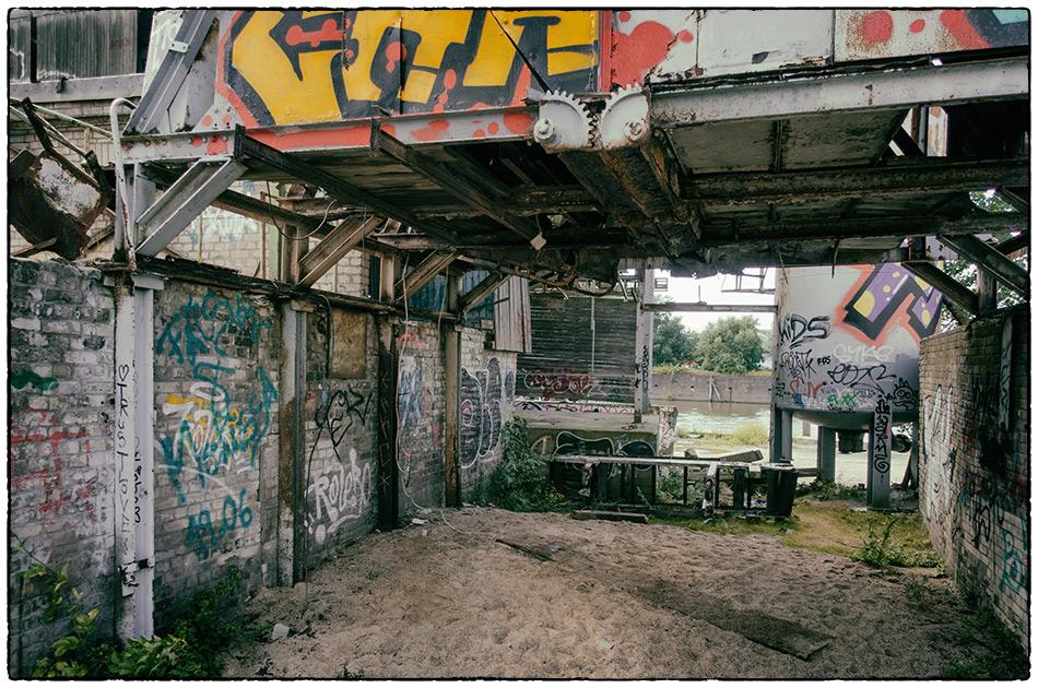Die Entenwerder-Exkursion · Schüttgutlager · Ist das Kunst oder kann das weg?